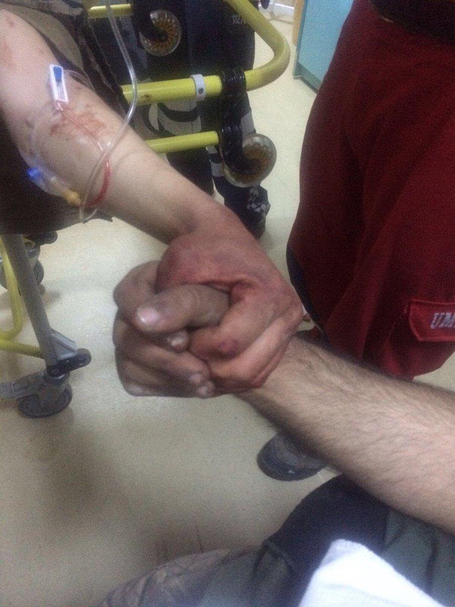 İki yaralı Mehmetçik'in el ele fotoğrafı sosyal medyaya damgasını vurdu.