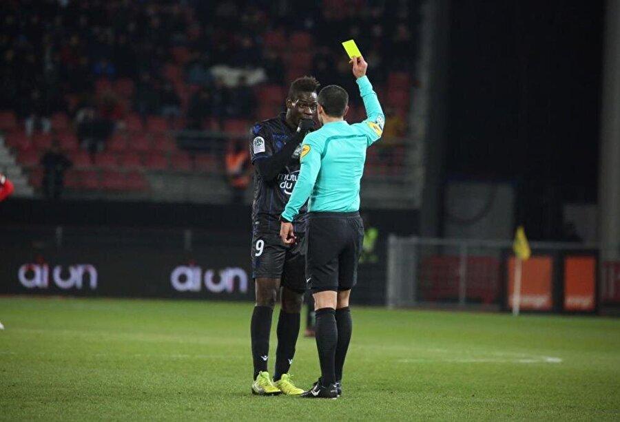 Ünlü futbolcu sarı kartla cezalandırıldı.
