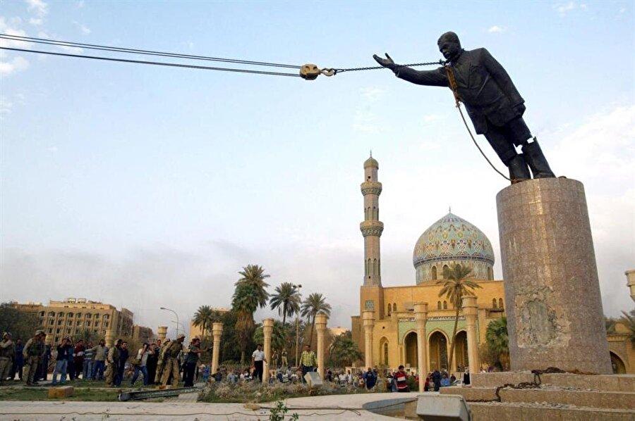 2003 yılında Irak'ı işgal eden Amerikan askerleri, dönemin Irak Cumhurbaşkanı Saddam Hüseyin'in heykelini yıkarken.