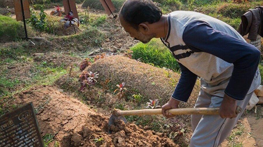 Dakka'da defnedilen ölünün mezarına aylar içinde yeni bir ceset gömülüyor.