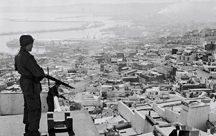 İşgal sırasında Kasbah'ta nöbet tutan bir Fransız askeri.