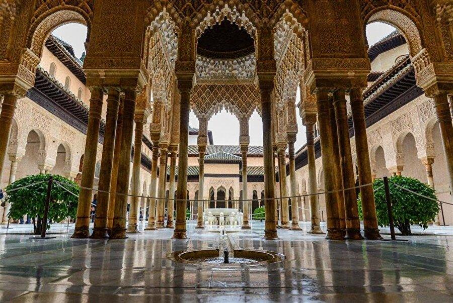 El Hamra Sarayı'ndaki yapım çalışmaları yaklaşık 250 yıl boyunca devam etti.