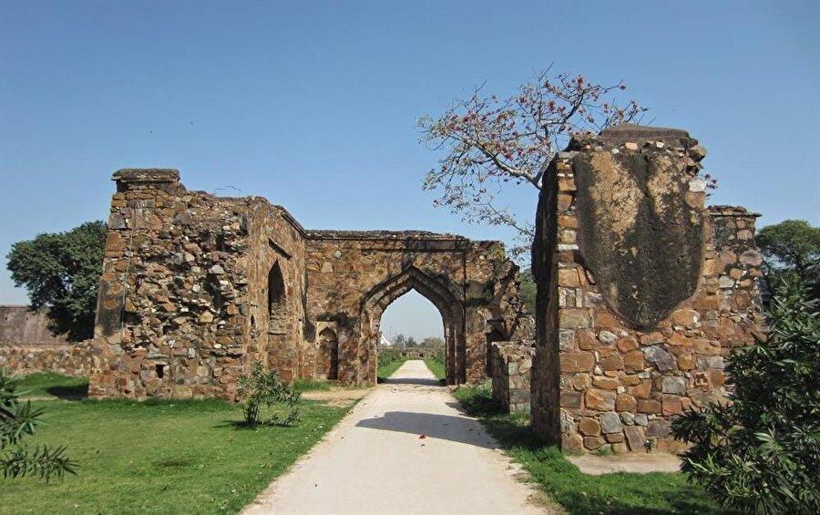 Firuz Şah Tuğluk Camii kalıntılarının bir bölümü.