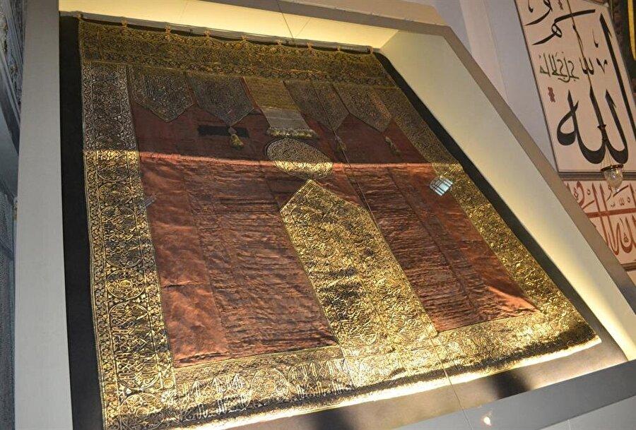 Bursa Ulu Cami'de sergilenen 600 yıllık Kâbe örtüsü.