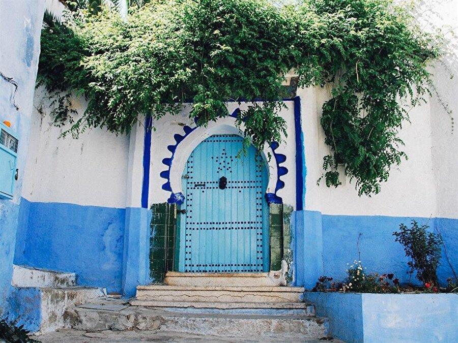 Tunus'un bembeyaz taş evlerine mavi kapı ve pencerelerin ilave edilmesi aşırı estetik görüntü oluşturdu.