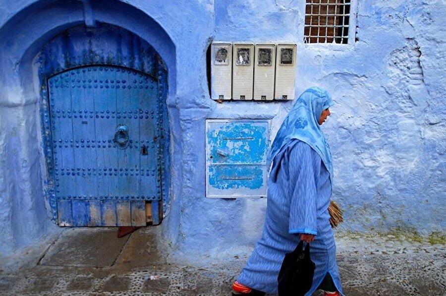 Beyaz taş evlerin maviye boyanan kapı ve pencereleri Kuzey Afrika bölgesinin zihinlerde yer eden ilk fotoğraf karesidir.