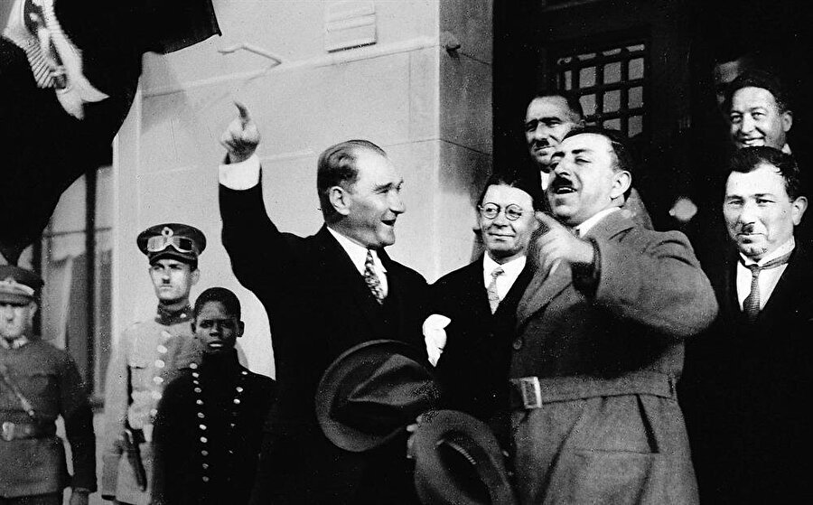 Kral Emanullah Han ilk ziyaretini türkiye2ye gerçekleştirmiş ve Atatürk ile görüşmüştü.