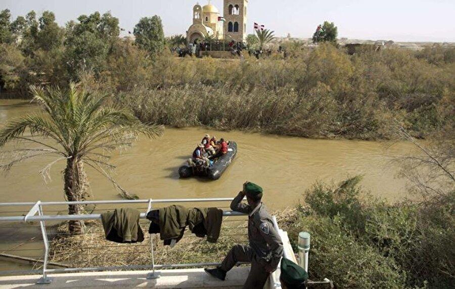 Kasr el Yehûd'un bir tarafında İsrail askerleri nöbet tutarken, onların tam karşısında Ürdünlü askerler volta atar.