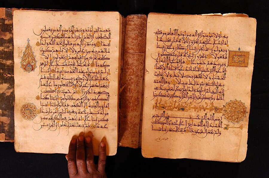 İslâm dünyasının dört bir yanında yazılan kitaplar Timbuktu'ya ulaştırılıyor ve buradaki yazıcılar tarafından çoğaltılıyordu.