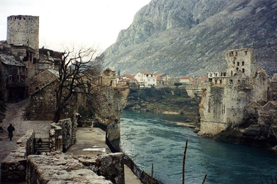 Mostar Köprüsü 1993 Kasım'ında Hırvatlar tarafından yıkılmıştı.