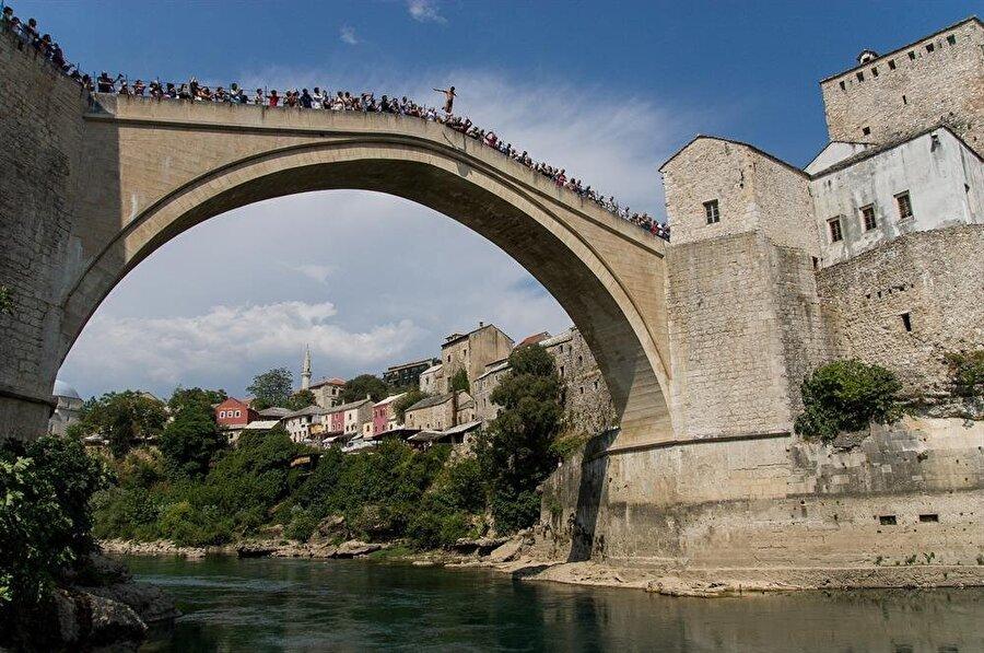 Mostar Köprüsü'nden Neretva'ya atlama âdeti tam 450 yıllık bir geçmişe sahip.