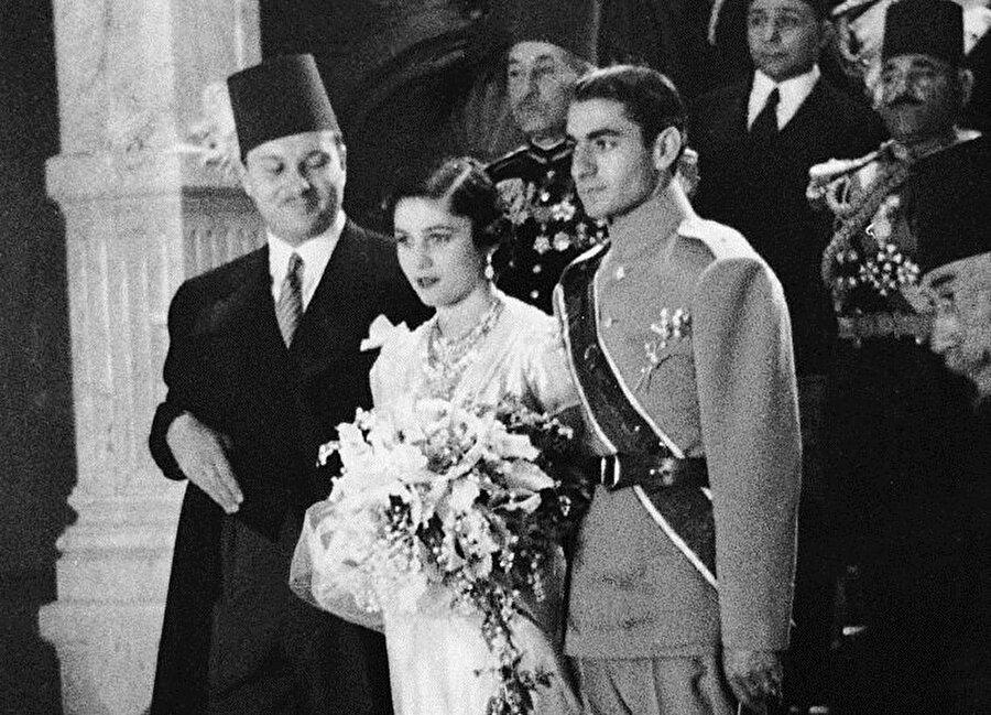 Fevziye ve Muhammed Rıza'nın Kahire'deki düğününden. Kral Faruk da (en solda) onlara eşlik ediyor.