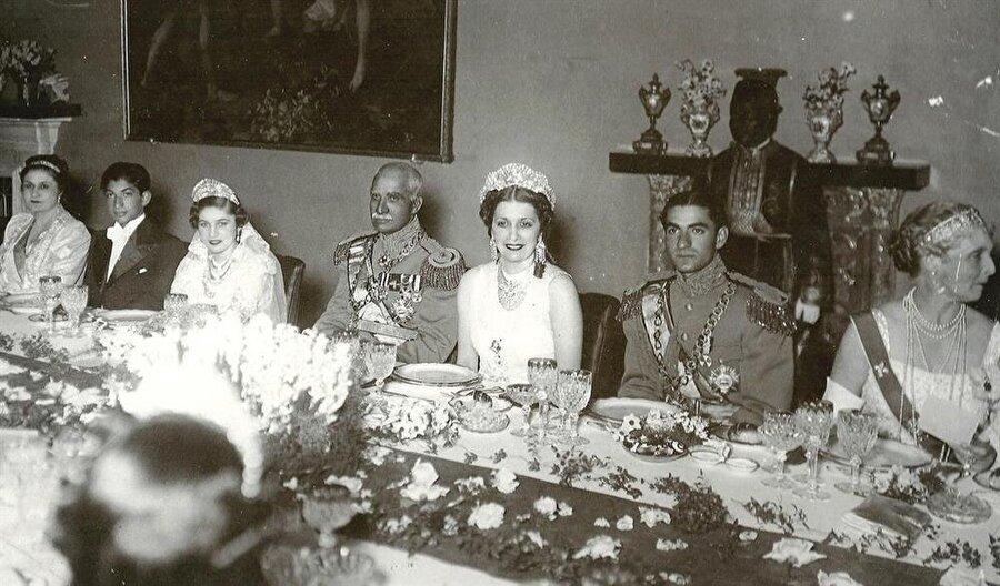 Fevziye (soldan üçüncü), Rıza Şah Pehlevi (ortada), Kraliçe Nazlı (ortada, taçlı) ve Muhammed Rıza Pehlevi (sağda).