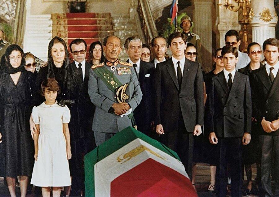 Muhammed Rıza Pehlevi, Mısır Cumhurbaşkanı Enver Sedat'ın (üniformalı) emriyle, devlet töreniyle uğurlandı.