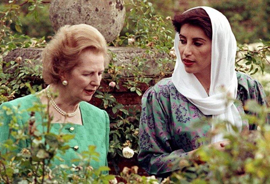Benazir Butto dönemin İngiltere Başbakanı Margaret Thatcher ile birlikte.