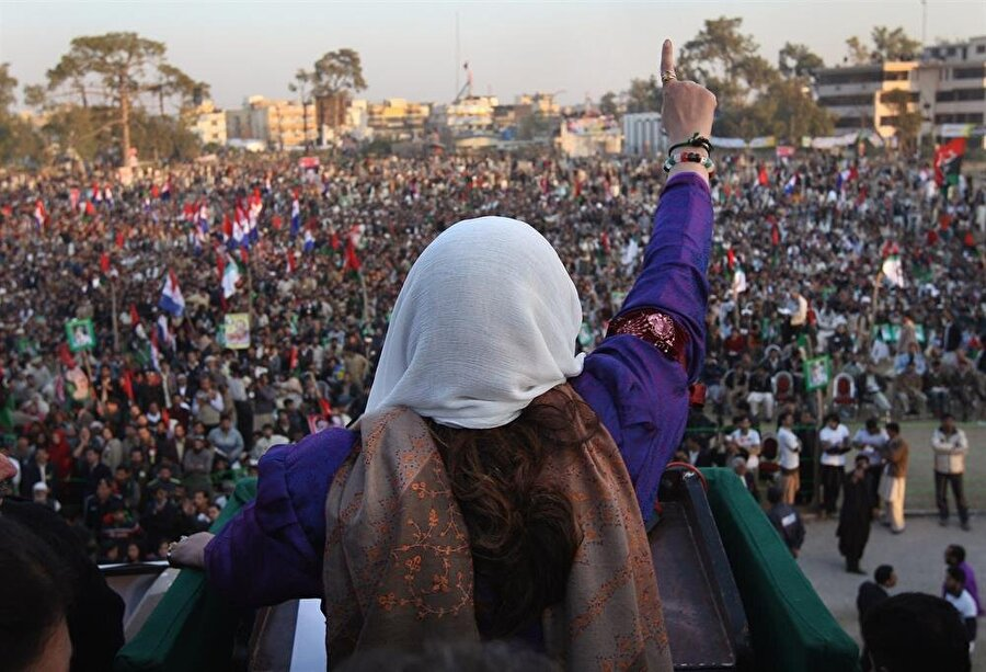 Benazir Butto, öldürülmeden dakikalar önce düzenlediği Ravalpindi mitinginde binlerce Pakistanlıya hitap etmişti.