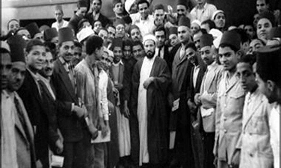Altı kişiyle birlikte Benna'nın evinde İhvan-ı Müslimin (Müslüman Kardeşler) topluluğunu kurdular.
