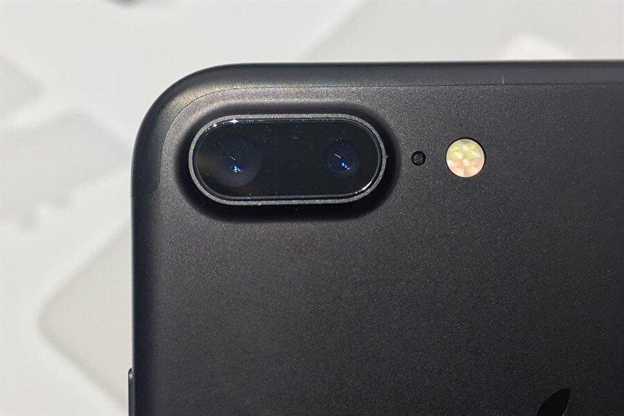 Cihaz, çift arka kamerasıyla ilgi çekiyor.
