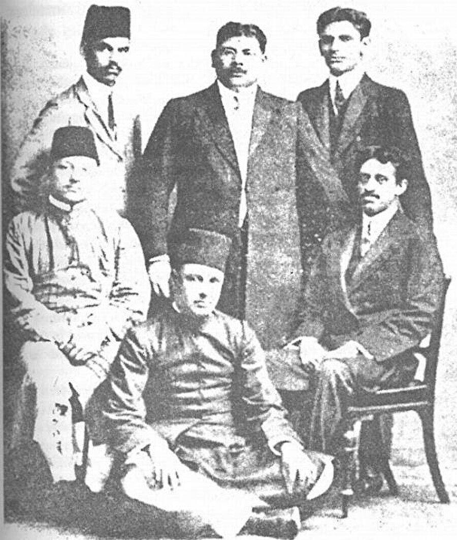 Hintli Müslümanların liderlerinden Mevlana Muhammed Ali Han (Ortada gözlüklü)