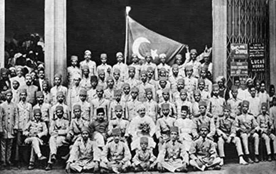 Osmanlı Devleti'ne destek olmak maksadıyla toplanan bir grup Hintli asker. (Mumbai / 1920)
