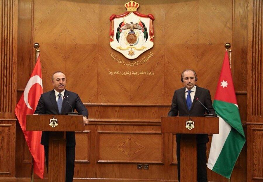 Dışişleri Bakanı Mevlüt Çavuşoğlu, Ürdün'de düzenlediği basın toplantısında Suriye Devlet Başkanı Beşar Esad'a bağlı güçlerin saatler içinde Afrin'e gireceği iddialarına ilişkin konuştu.