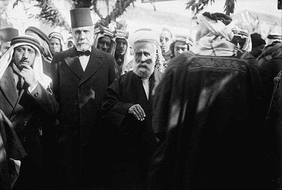 Faysal Hüseyni'nin dedesi Musa Kasım Paşa (Ortada, fesli) ve Arap İsyanı'nın mimarı Şerif Hüseyin.