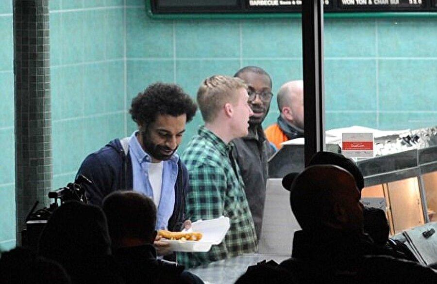 Salah, büfede futbolseverlerin yoğun ilgisiyle karşılandı.