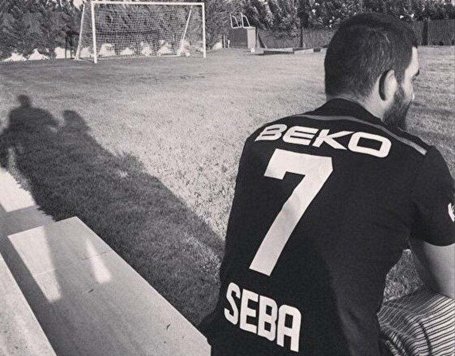 Arda Turan'ın Beşiktaş tezahüratlarına olan ilgisiyle bilinirken, daha önce de siyah beyazlı formayla fotoğraf yayınlamıştı.