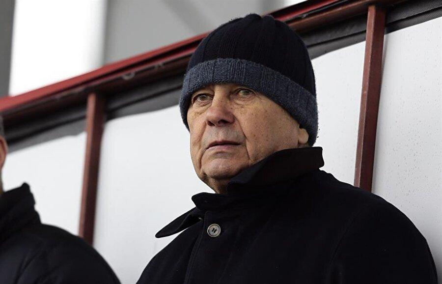 """Futbolcuların, """"Bitse de gitsek"""" havası Luçescu'yu da üzdü. (Fotoğraf: AA)"""