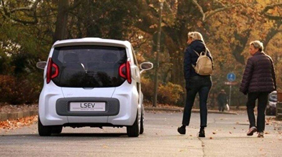 Otomobilin yol üzerindeki konumlandırılması da şık ve makul bir araç olduğunu gösteriyor. Arka tasarım dev şirketlere parmak ısırtacak cinsten.