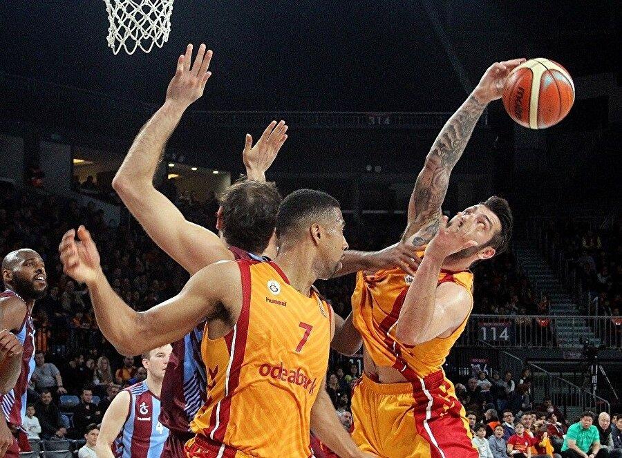 Galatasaray taraftar desteğiyle rakibini mağlup etti.