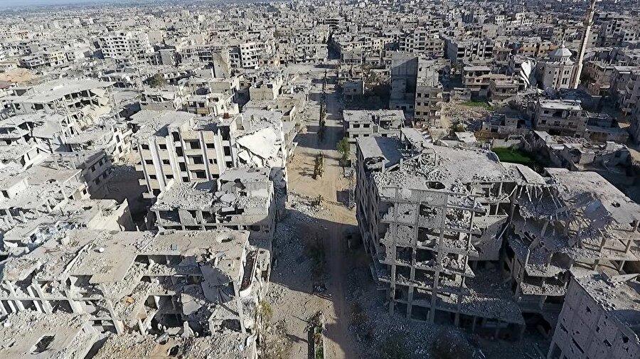 Beşşar Esad rejiminin ablukada tuttuğu ve ateşkes kararlarını hiçe sayarak saldırmaya devam ettiği Doğu Guta'da zorunlu tahliyeler sırasında havadan çekilen görüntülerde, az sayıdaki sivillerin motosikletlerle eşyalarını taşıyarak