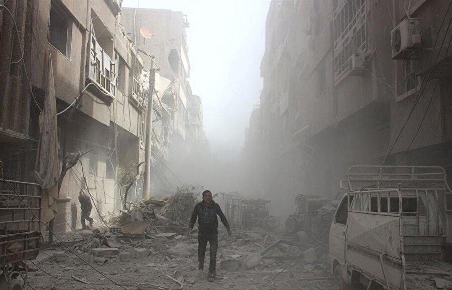 Farklı mahallelerde yaşam alanlarının tümü yıkılmışken, minaresi sağlam kalmış 3-4 cami göze çarpıyor.