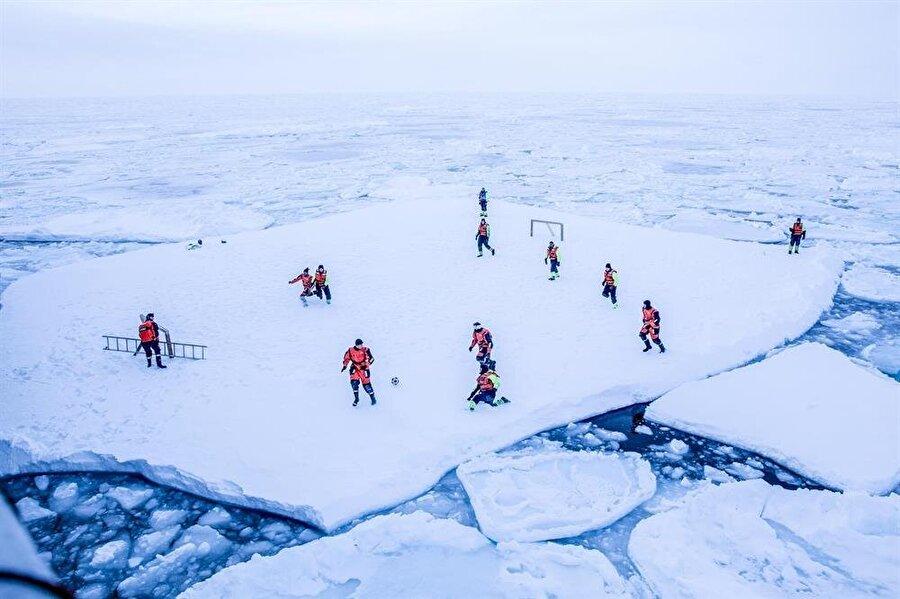 Buz kütlesi üzerinde futbol oynayarak ilginç bir deneyim yaşadılar.