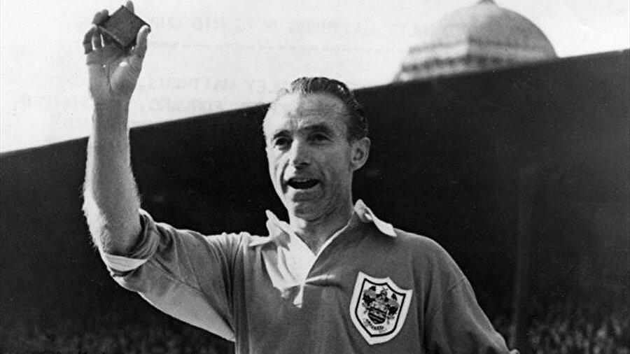 İngiliz futbol otoriteleri, Sir Stanley Matthews'in dünyaya erken geldiğini bu nedenle adını tüm dünyaya duyuramadığı görüşünde birleşiyor.