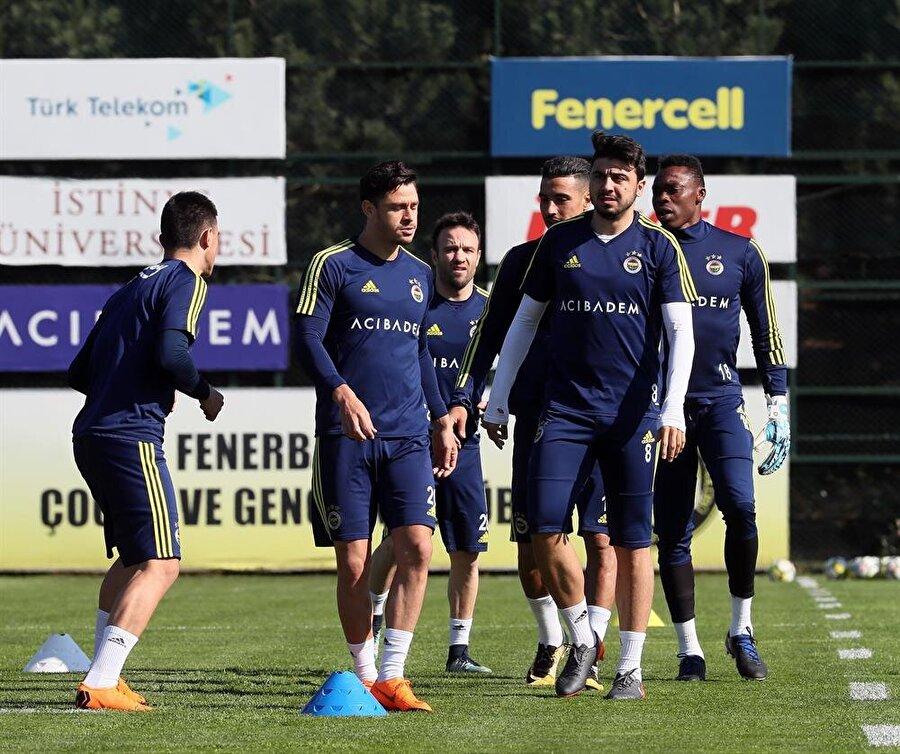 Fenerbahçe yönetimi, futbolculara 'maçlara odaklanın' mesajı gönderdi.