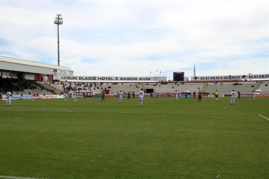 Konuk ekip futbolcuları maça protestoyla başladı. (Fotoğraf: AA)