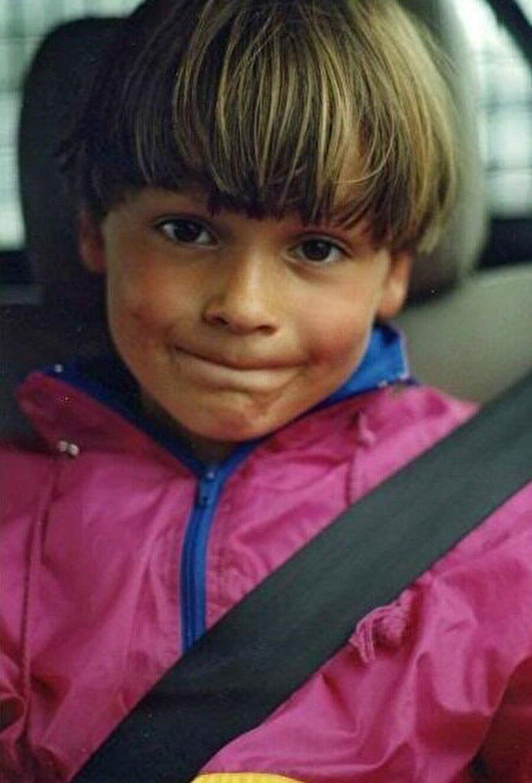 Bir zamanlar sarı saçlarıyla dikkat çeken küçük çocuk şimdilerde yıldız bir futbolcu.