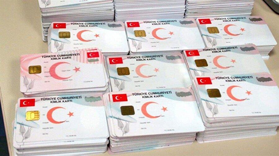Vatandaşlar yeni kimliklerini 18,50 TL karşılığında nüfus müdürlüklerinden alabilirler.