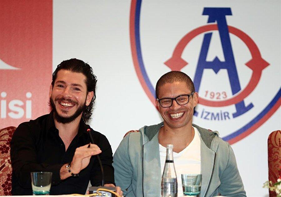 Alex de Souza'nın yüzü sorulan sorular ve gençlerden aldığı yanıtlarla güldü. (Fotoğraf: AA)