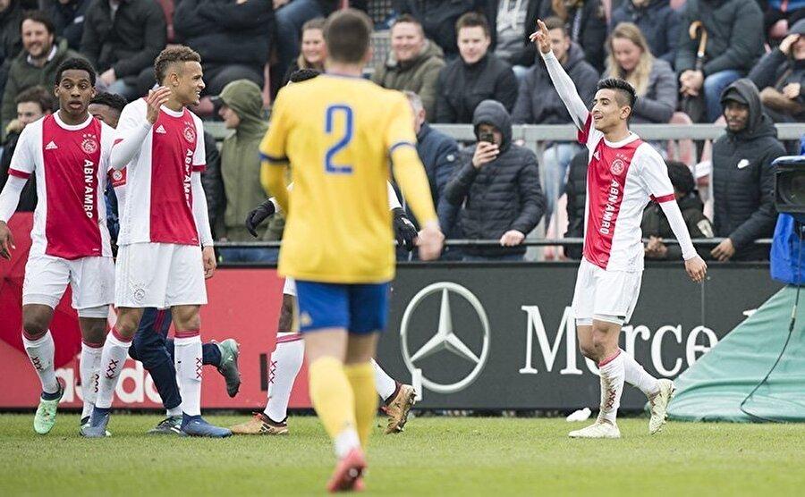 2003 doğumlu olan Naci Ünivar, 8 yaşından itibaren Ajax altyapısında forma giyiyor. Ünivar, Hollanda U15 Milli Takımı formasını da 6 kez giyme başarısı gösterdi