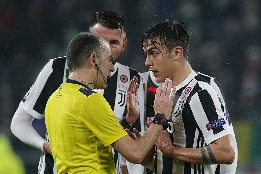 Maç boyunca kritik kararlar veren Cüneyt Çakır, İtalyan futbolcu ve taraftarların hedefindeydi.