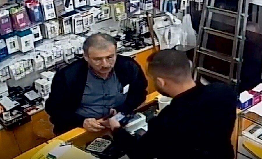 Dolandırıcılar telefon alırken güvenlik kameralarına böyle yakalandı