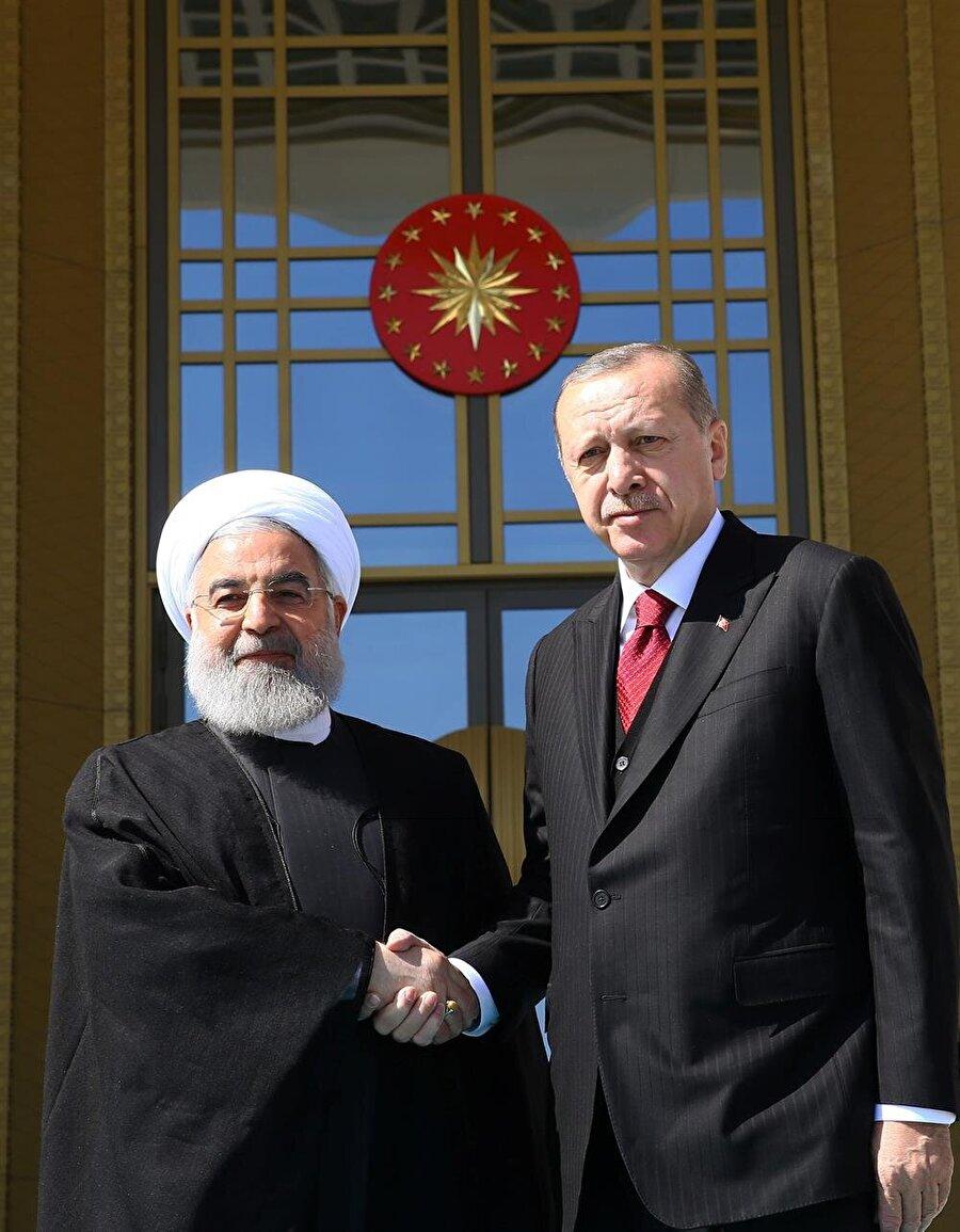 Cumhurbaşkanlığı Külliyesi'ndeki karşılama töreninin ardından, iki lider Türkiye ve İran bayrakları önünde el sıkışarak gazetecilere poz verdi.
