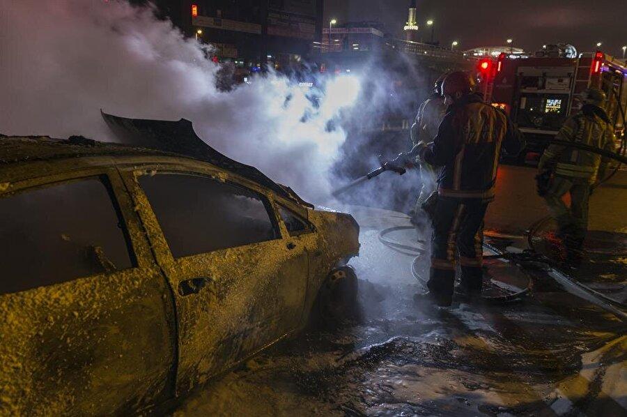 Çevredekilerin durumu bildirmesi üzerine olay yerine itfaiye ve polis ekipleri sevk edildi.