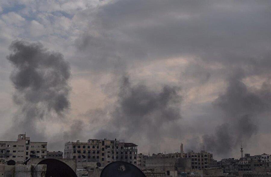 Saldırılar sonucu bölgeden dumanlar yükseldi.