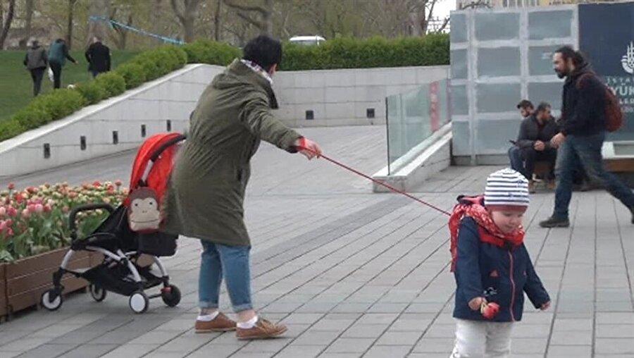 Turistin, tasmayı andıran bir yöntemle çocuğunu bağladığı görüldü.