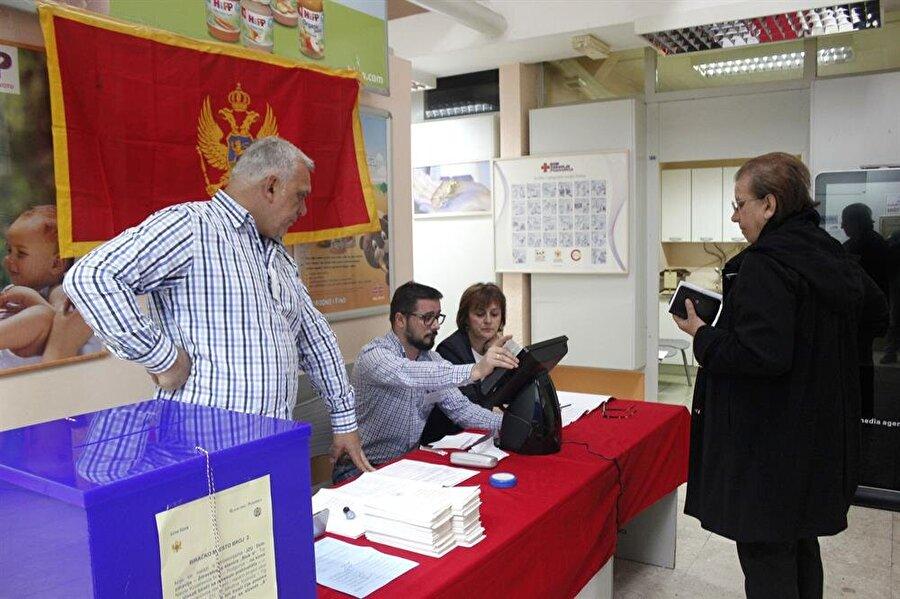 Oy kullanma işlemi TSİ 21.00'e kadar sürecek.