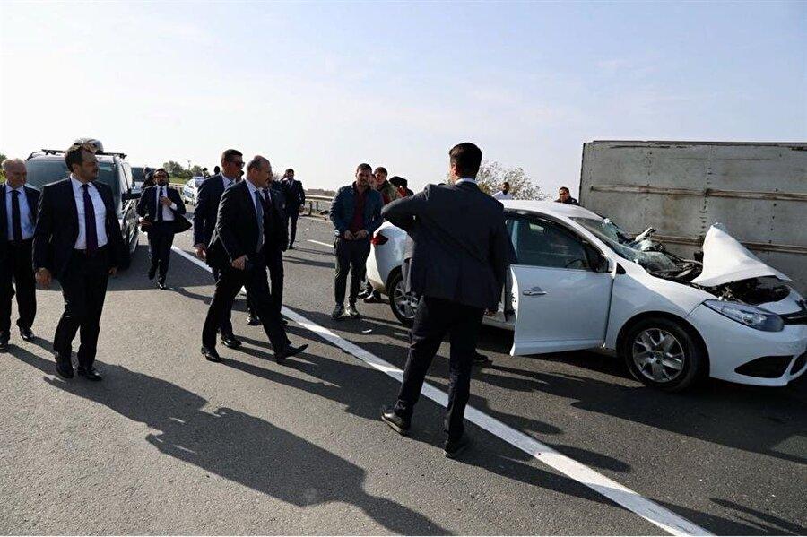 Bakan Soylu da aracından inerek kazazedelerle yakından ilgilendi.