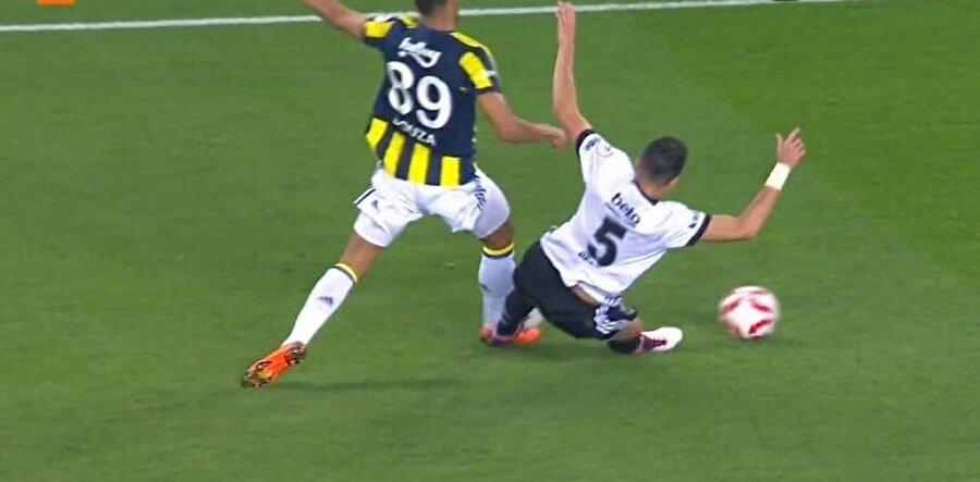 Pepe'nin kırmızı kart gördüğü pozisyon.